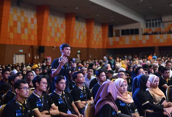Proses pembebasan akademik secara total mula direalisasikan oleh kerajaan yang baharu melalui Kementerian Pendidikan Malaysia.