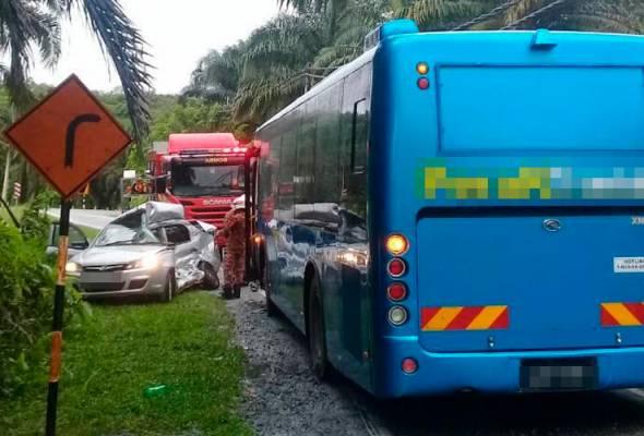 Kedua-dua mereka maut ditempat kejadian dipercayai akibat tersepit di dalam kenderaan jenis Proton Saga BLM yang dinaiki. - Foto Jabatan Bomba dan Penyelamat Malaysia   Astro Awani