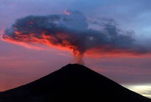 Apa yang sedang berlaku di dalam kawah Gunung Agung?