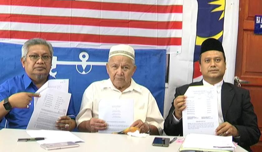 Daut ditemui di Pejabat Pembela Barisan Nasional (BN) Kota Cemerlang Ayer Keroh bersama peguamnya Mohd Adli Ithnin.