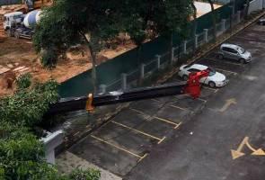 Kren tumbang di tapak pembinaan kondominium di Taman Desa