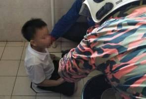 Kaki murid prasekolah tersangkut di lubang tandas sekolah