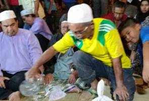 Bapa pohon orang ramai sedekahkan al-fatihah untuk arwah anaknya