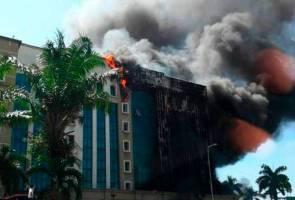 Bagai tidak percaya kebakaran berlaku, pekerja KWSP ini sempat capai beg tangan!