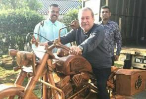 Sultan Johor dihadiahkan replika kayu 500kg motosikal Harley-Davidson
