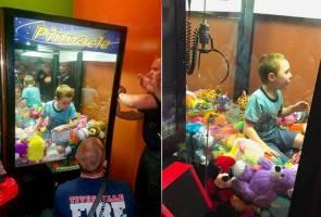 Budak teruja mahu boneka idaman terperangkap dalam mesin arked