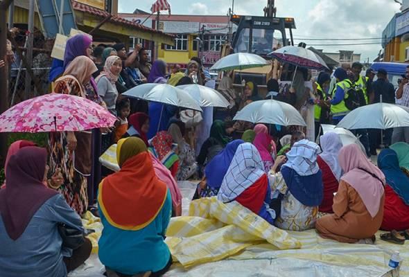 Peniaga halang kerja meroboh pasar di Pasir Puteh