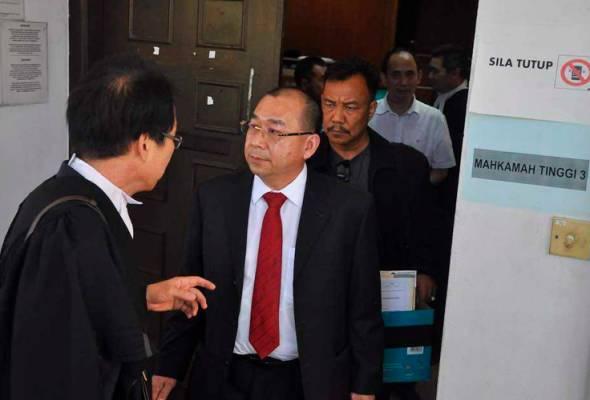 Dibicarakan serentak, bekas Pengarah JANS Awang Tahir Mohd Talib, isterinya Fauziah Piut dan bekas timbalan jabatan itu, Lim Lam Beng.