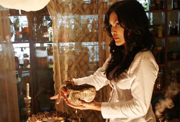 Umie Aida sebagai Diana Dahlan, dukun terhandal yang seksi, jelita dan licik. -Foto Astro Shaw | Astro Awani