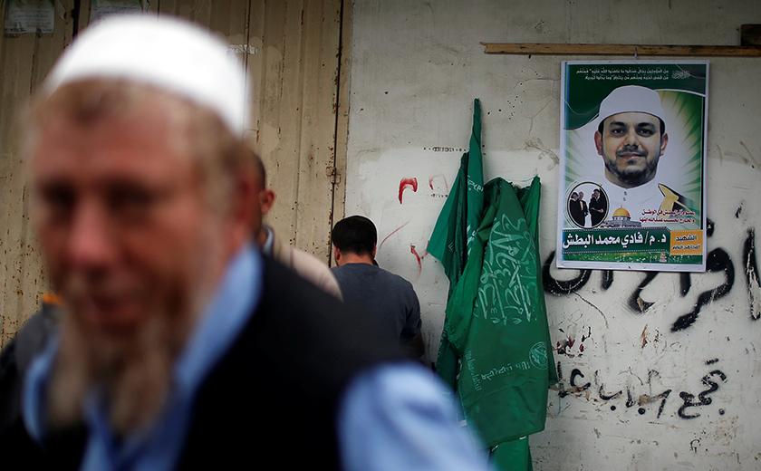 Poster Dr Fadi tergantung pada dinding kediaman keluarganya di Semenanjung Gaza. -Reuters