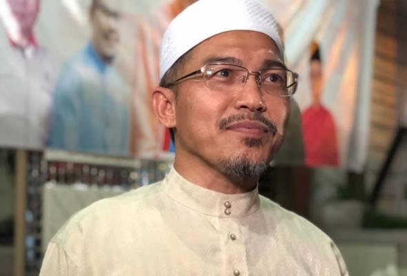 Nik Omar tidak mahu disanjung dan diangkat setinggi arwah bapanya Tok Guru Nik Abdul Aziz kerana katanya, mereka bukan dalam liga yang sama. - Astro AWANI / MARLINA MANAF | Astro Awani