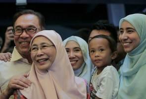 Papa Tok, mana aiskrim? Pasal apa 'meeting' lama, kami tunggu lama  - Cucu Anwar Ibrahim