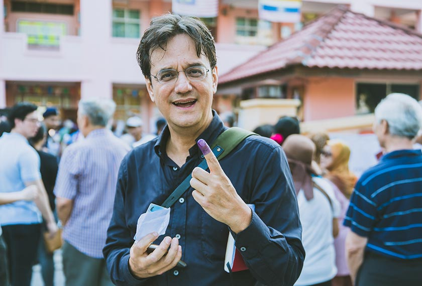 Writer Karim Raslan showing off the indelible ink on his index finger after casting his vote on 9 May 2018. Joe Kit Yong/Ceritalah