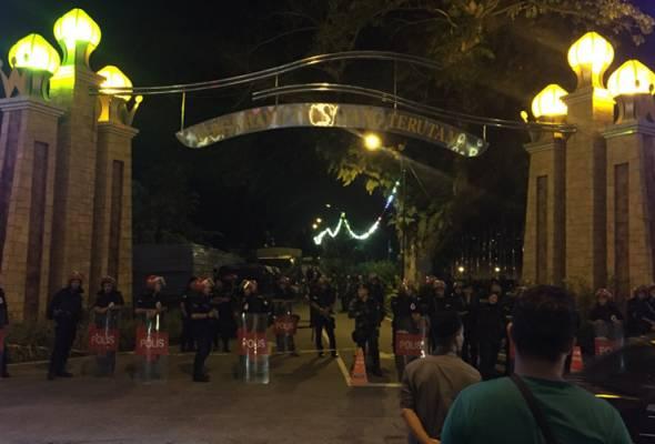 Ratusan penyokong Warisan-DAP-PKR berhimpun