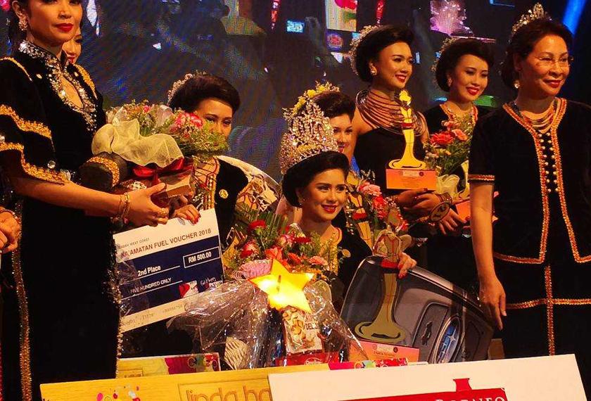 Hosiani (tengah) bergambar bersama peserta lain selepas dinobatkan pemenang Ratu Unduk Ngadau 2018.