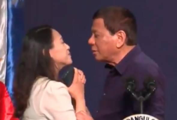 Duterte cium bibir wanita 'untuk suka-suka', dan wanita itupun merelakan