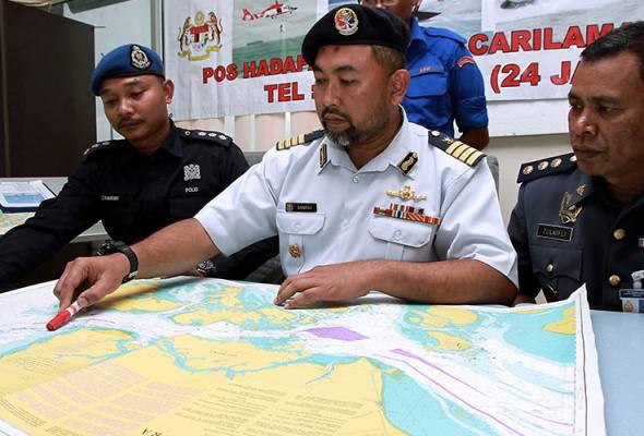 Sanifah (tengah) menunjukkan lokasi kejadian pada sidang media mengenai kejadian bot pancung yang membawa PATI dari Indonesia karam di perairan Tanjung Punggai awal pagi 7 Julai di Jeti Marina Tanjung Pengelih Penawar, Kota Tinggi. --fotoBERNAMA | Astro Awani