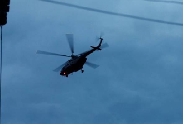 Helikopter membawa mangsa-mangsa remaja ke Hospital Chiang Rai selepas mereka berjaya diselamatkan pada Ahad. - REUTERS | Astro Awani