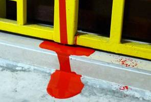 Rumah pegawai MPK disimbah cat merah
