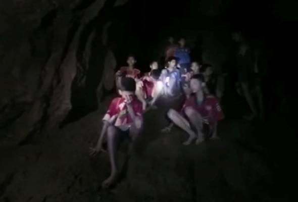 11 Remaja dan seorang Jurulatih pasukan bola sepak Thailand, 'Wild Boar' ditemui pasukan penyelamat selepas dua minggu terperangkap dalam gua yang ditenggelami air | Astro Awani