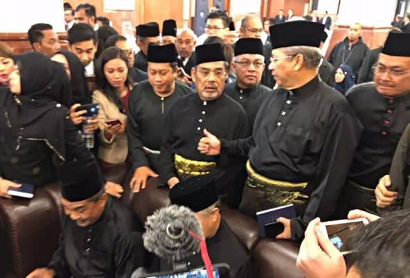 Baru 10 minit, ahli parlimen pembangkang sudah bertindak keluar dewan.