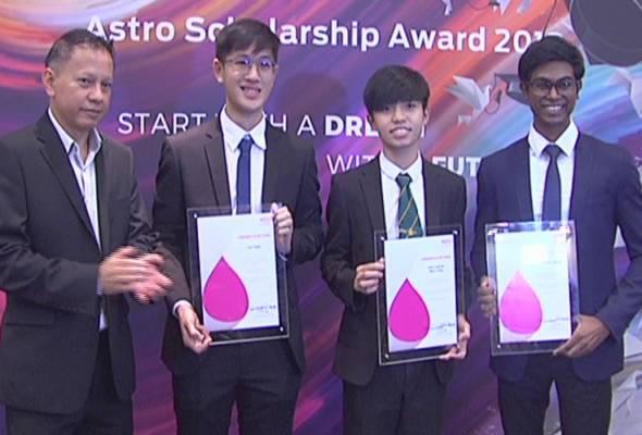 David (kiri) bersama penerima Anugerah Biasiswa Astro 2018 (dari kiri) Yi Yan, Jazli Long dan Kenneth. - Astro AWANI   Astro Awani