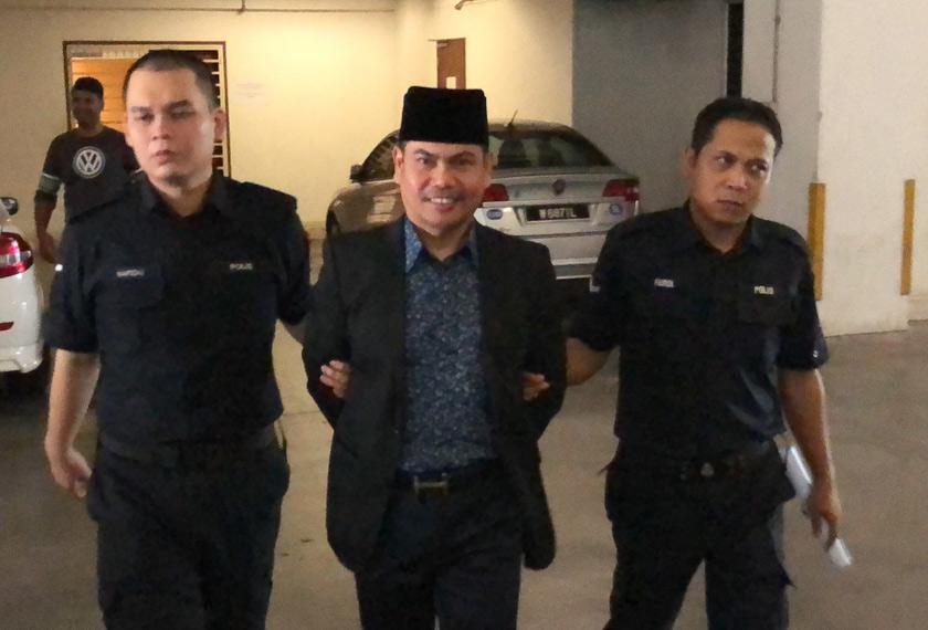 Jamal diiringi pegawai polis di Mahkamah Tinggi Shah Alam hari ini. - Astro AWANI/Hilal Azmi