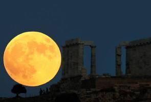 Para pengkaji mula memandang langit, bulan berdarah