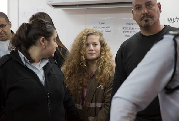 Ahed Al-Tamimi (tengah) dan ibunya telah ditahan pada akhir 2017 oleh pihak berkuasa Israel. - Gambar fail | Astro Awani