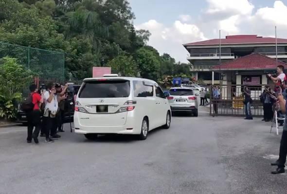 Najib yang dijadualkan berdepan pegawai SPRM jam 5 petang tadi, tiba lebih kurang awal 3 minit. - Gambar Astro AWANI | Astro Awani