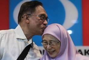 """""""Masuk titanium, tangan kiri saya masih boleh angkat demi reformasi' - Anwar"""