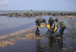 Pihak berkuasa Sri Lanka kerah tenaga bersihkan laut tercemar