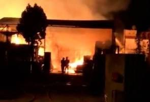 Kilang kayu, stor mercun terbakar di Sibu