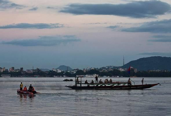 Anggota penyelamat India menjalankan kerja pencarian di Sungai Brahmaputra susulan kejadian bot karam di pinggir Gauhati, India, 5 Sept, 2018. (AP Photo/Anupam Nath)   Astro Awani
