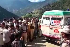 Bas terjatuh dalam gaung di Kashmir, 16 maut