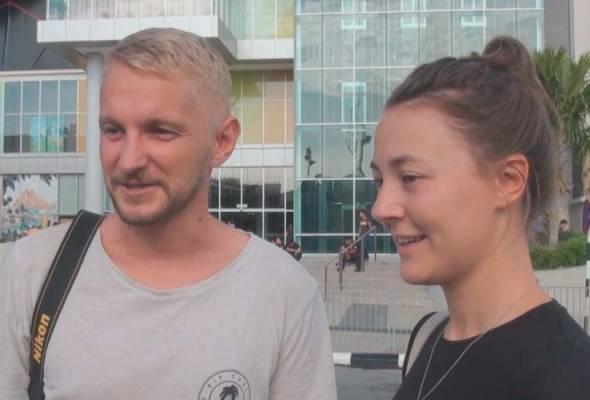 Dua orang pelancong dari England sanggup menunda jadual lawatan ke Pulau Pinang mereka semata masa mahu menyaksikan ucapacara gilang gemilan