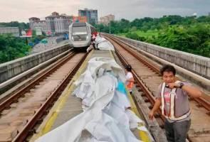 Kanvas tersekat bawah tren MRT, ramai terkandas