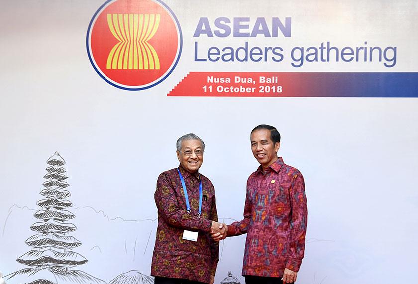 Perdana Menteri Tun Dr Mahathir Mohamad (kiri) bersalaman dengan Presiden Indonesia Joko Widodo semasa hadir pada Perhimpunan Pemimpin-pemimpin ASEAN (ALG) hari ini.