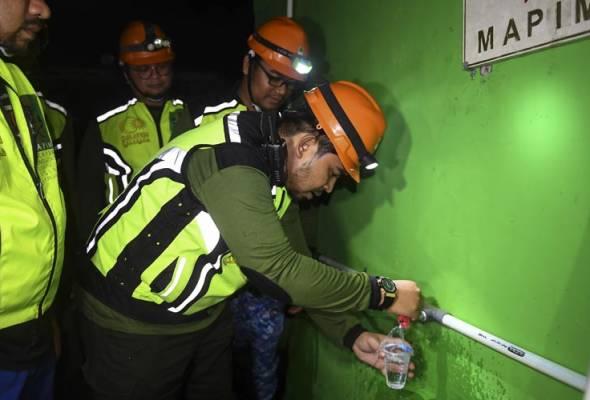 Ahmad Sani mencuba air bersih dari telaga yang dibina di Masjid Darul Hikmah di Palu, Sulaweesi Tengah, 18 Okt. 2018. --fotoBERNAMA | Astro Awani
