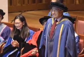 Mahathir, Siti Hasmah terima anugerah daripada alma mater, NUS