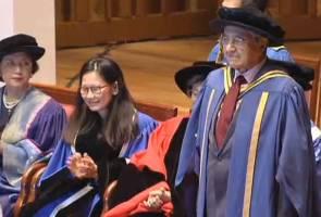 Mahathir, Siti Hasmah terima anugerah daripada alma mater