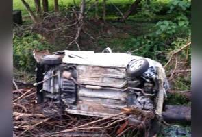 Tiga maut, kereta dinaiki terbabas ke dalam gaung