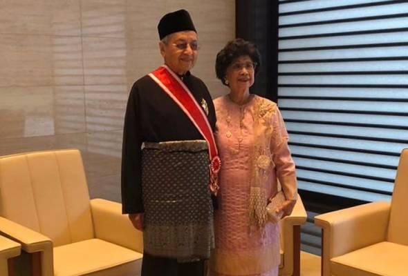 Tun Dr Mahathir Mohamad dianugerahi Grand Cordon of the Order of the Paulownia Flowers daripada Maharaja Akihito dari Jepun. -Foto Wisma Putra   Astro Awani