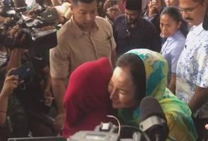 Penyokong menangis teresak-esak peluk Rosmah