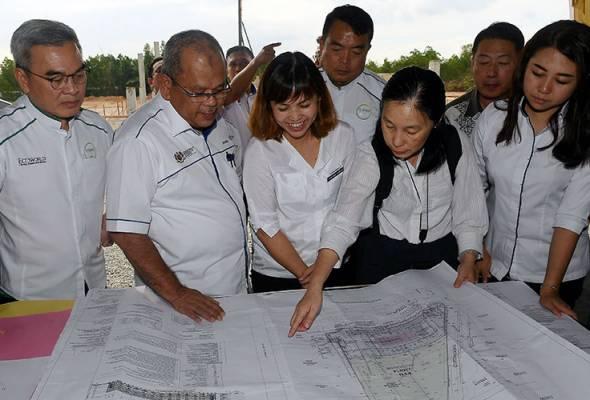 Teo dan Pengarah Pendidikan Negeri Johor Shahrudin Sharif (dua, kiri) diiringi Liew (kiri) melihat pelan projek SJKC Ladang Grisek di Taman Kota Masai, 25 Nov, 2018. --fotoBERNAMA   Astro Awani