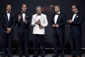 PM Mahathir confers lifetime achievement award at Petronas SIC-MAM Awards