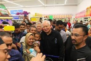 Saya tunggu Azmin datang Tesco Semenyih semalam - Najib