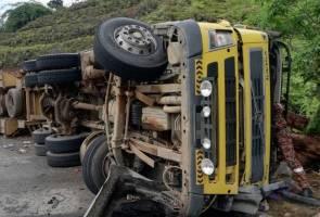 Treler hilang kawalan lalu terbalik, pemandu maut, kelindan cedera