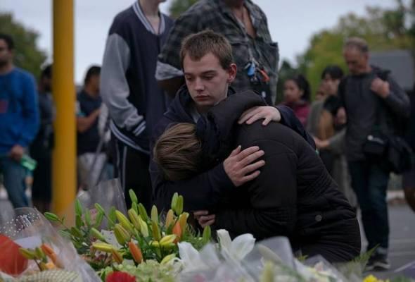 Filem tersebut memperlihatkan ekspresi wajah mereka yang hadir di tempat kejadian untuk memberikan penghormatan kepada mangsa nahas.