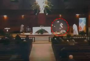 Paderi Katolik ditikam ketika siaran langsung di televisyen
